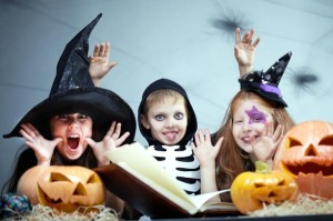 kids-reading-Halloween-book